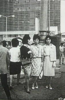 新宿駅前の女装者(1964年6月).JPG