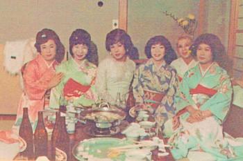 1972年1月、新宿の料理屋で新年会(左から寿美子、弥生、洋子、千賀子、典子、ゆかり).jpg
