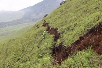 西原村の正断層.jpg